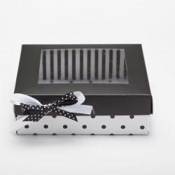 בסיס לבן נקודות שחורות, מכסה שחור עם חלון וסרטים שחור לבן נקודות
