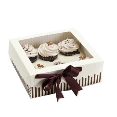 מרובעת לבנה עם פסים חומים ומכסה לבן עם חלון. קופסה סגורה