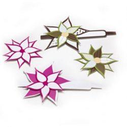 אלמנטים בצורת פרחים עם עלי כותרת מחודדים. ורוד, ירוק, חום